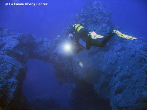 diver_at_archway.jpg